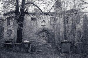 Miejsca zapomniane - ruiny schroniska Kesselschlossbaude (później Ośrodek ZHP Zameczek ). Góra Kocioł nadKotliną