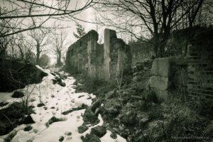 Opuszczone zabudowania wokolicach przełęczy Rędzińskiej