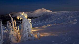 Cicha noc .Zimowy zmierzch kładzie się nakarkonoskim grzbiecie - fotografia tygodnia Krzysztof Romańczukiewicz